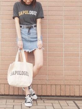 ロゴTシャツ×デニムミニスカート×スニーカー
