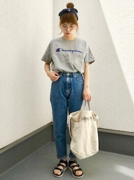 ロゴTシャツ×ジーンズ×ペッタンコサンダル