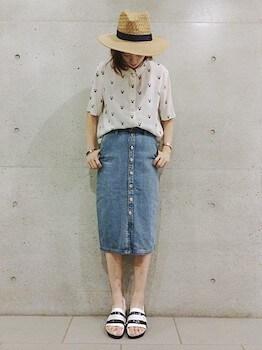半袖シャツ×フロントボタンスカート×麦わら帽子