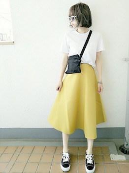 無地Tシャツ×Aラインスカート×ポシェット