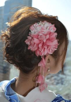 14浴衣に合うレディースのビック花飾りをつけたショートの髪型