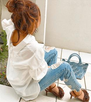 フリンジサンダル×白シャツ×ジーンズ