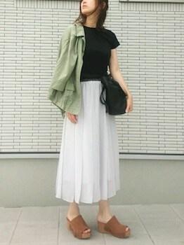 フリンジサンダル×黒Tシャツ×プリーツスカート