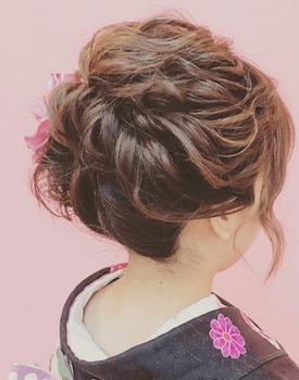 19浴衣に合うレディースのねじり編み込みにしたショートの髪型