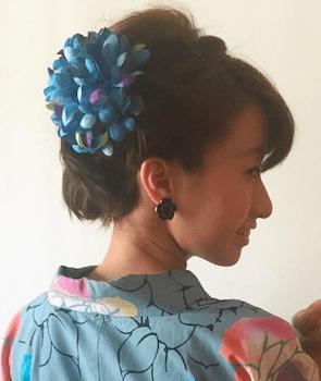 2浴衣に合うレディースの菊髪飾りをつけたショートの髪型