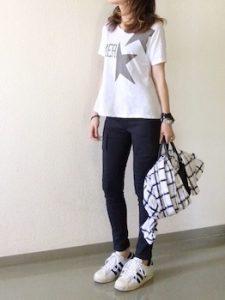 1カーゴパンツ×プリントTシャツ×スニーカー