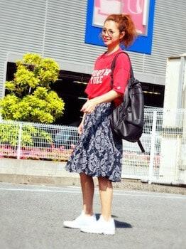 13ハイテクスニーカー×プリントTシャツ×膝丈スカート