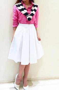 リネンシャツのレディースのおしゃれなコーデ方法4:ホワイトのスカートと合わせる