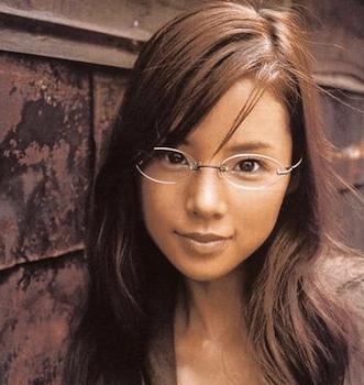 四角顔に似合う伊達メガネの選び方1:オーバル