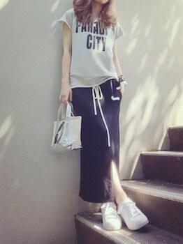 15スウェットTシャツ×スリットスカート×スニーカー
