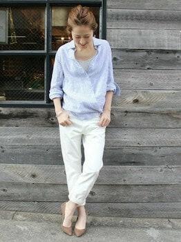 9リネンシャツ×ホワイトデニム×パンプス