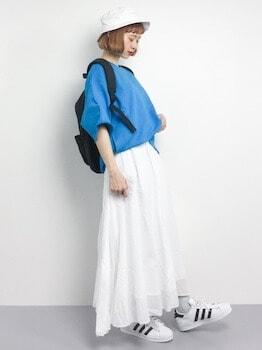 1スウェットTシャツ×マキシスカート×スニーカー