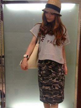 11スウェットTシャツ×カモフラ柄スカート×麦わら帽子