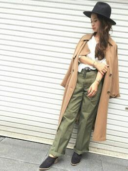 秋のトレンチコート×スキッパーシャツ×ワイドパンツ