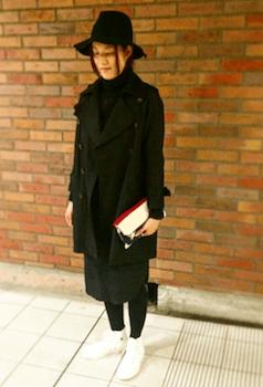 黒のトレンチコートを着る時のバッグの色は?