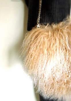 リアルファーを使ったレディースに人気のウォレットバッグ
