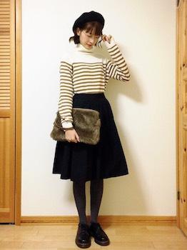 タートルネック×黒のフレアスカート×ベレー帽のレディースコーデ