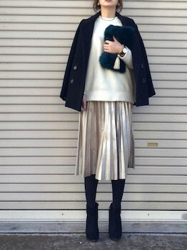ネイビーのPコート×白のニットセーター×スカート