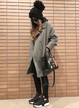 グレーのPコート×黒のパーカー×ダメージスリムパンツ×ニット帽