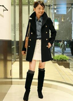 黒のPコート×デニムシャツ×スカート×ロングブーツ