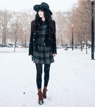 黒のPコート×チェックピース×ブーツ