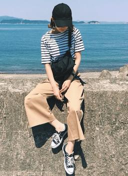 黒のサコッシュバッグ×ボーダーTシャツ×ワイドパンツ