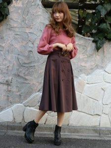 トレンチスカート×バルーン袖ニットのレディースコーデ