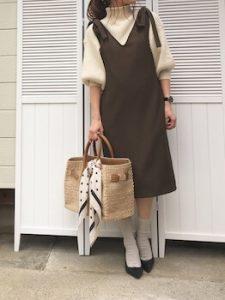 ジャンパースカート×バルーン袖ニットのレディースコーデ