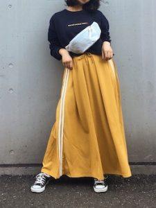 ウエストポーチ×マキシ丈スカートのレディースコーデ