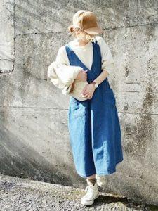 ジャンパースカート×白ニットのレディースコーデ