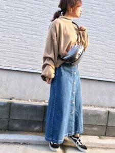 ウエストポーチ×デニムスカートのレディースコーデ