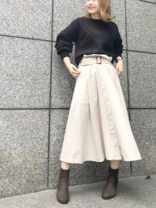 トレンチスカート×黒ニットのレディースコーデ