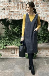 ジャンパースカート×黄色ニットのレディースコーデ