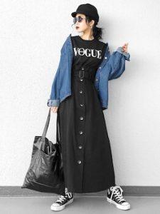 トレンチスカート×黒Tシャツのレディースコーデ