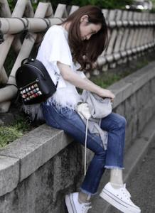 厚底スニーカー×白Tシャツのレディースコーデ