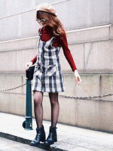 トレンチスカート×赤色ニットのレディースコーデ