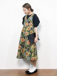 ジャンパースカート×パフ袖ニットのレディースコーデ