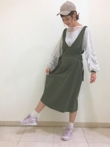 ジャンパースカート×花柄シフォンブラウスのレディースコーデ