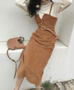 サロペットスカート×白タートルネックニット