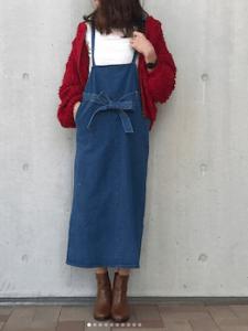 サロペットスカート×赤カーディガン