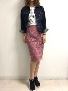 レーススカート×英字ロゴTシャツの春コーデ