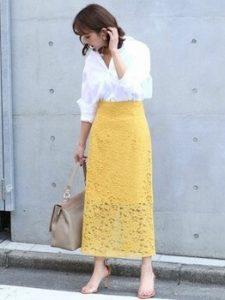 白シャツ×レーススカートのオフィスコーデ