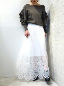 フリルニット×白のレーススカート
