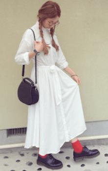 白ブラウスワンピース×黒の革靴×カラーソックス