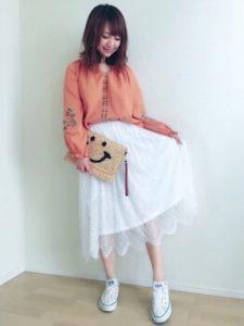 刺繍チュニック×白のレーススカートのコーデ