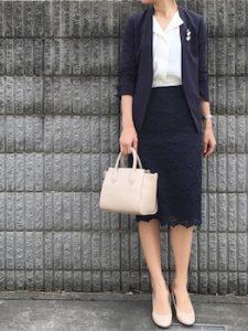 黒のテーラードジャケット×レーススカートのオフィスコーデ