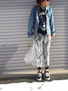 プリントTシャツ×白のレーススカート×デニムパンツ