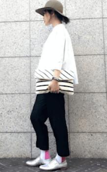 ビックシャツ×黒のワイドパンツ×カラーソックス