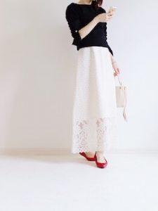 タートルネック×白のレーススカートのコーデ