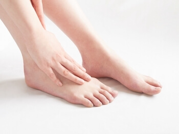 パンプスで足の甲が痛くなる時の対処法